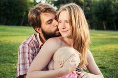 Женщина кормя грудью в парке Стоковые Изображения