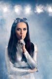 Женщина космоса в серебряном костюме держа секрет Стоковые Фото