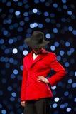 Женщина костюма взлётно-посадочная дорожка модного парада красивая красная Стоковое Фото