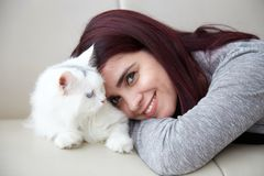 женщина кота сь стоковая фотография rf