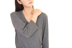 Женщина которая имеет боль плеча Стоковое Изображение RF
