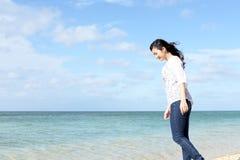 Женщина которая ослабляет на пляже стоковые фото