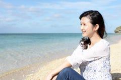 Женщина которая ослабляет на пляже стоковая фотография rf