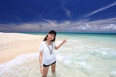 Женщина которая ослабляет на пляже. стоковая фотография