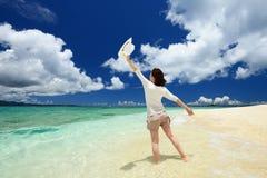 Женщина которая ослабляет на пляже. Стоковое Фото