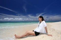 Женщина которая ослабляет на пляже. Стоковые Фотографии RF