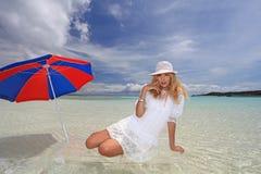 Женщина которая ослабляет на пляже. стоковое изображение