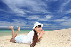 Женщина которая ослабляет на пляже. стоковое фото rf