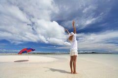 Женщина которая ослабляет на пляже. Стоковые Изображения RF