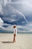 Женщина которая ослабляет на пляже. Стоковая Фотография RF