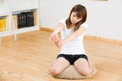 Женщина которая протягивает тренировку Стоковые Изображения
