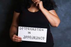 Женщина, который относят о ухудшении качества возникновения стоковое изображение