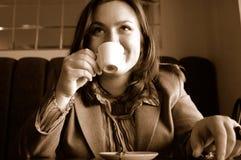 женщина кофе выпивая Стоковое Изображение RF