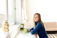 женщина кофе заботливая Стоковые Фотографии RF