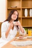 женщина кофе завтрака мечтательная домашняя Стоковые Изображения RF