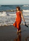 женщина красивейшего взморья платья гуляя стоковое фото