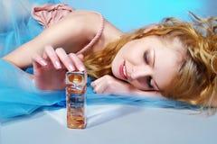 женщина красивейшего дух бутылки сексуальная Стоковая Фотография