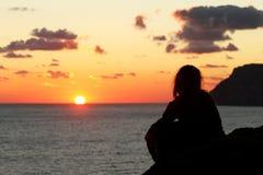 женщина красивейшего захода солнца силуэта наблюдая Стоковые Фотографии RF