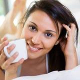 женщина красивейшего кофе выпивая Стоковое фото RF
