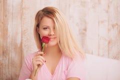 женщина красивейшего красного цвета удерживания розовая Стоковое Изображение