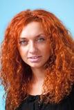 женщина красивейшего крупного плана с волосами красная стоковая фотография rf
