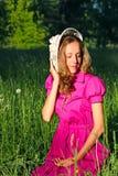 женщина красивейшего лужка шлема белая Стоковые Фото