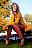 женщина красивейшего парка осени стоящая Стоковое Изображение RF