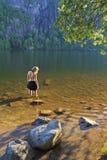 женщина красивейшего пруда молельни спокойная стоковые фото