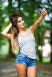 женщина красивейшего сотового телефона говоря Стоковое Фото