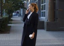 женщина красивейшего телефона говоря Стоковые Фото