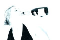 женщина красивейшего шампанского бутылки выпивая стоковое изображение rf