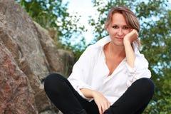 женщина красивейшей перекрестной legged природы сидя Стоковое Фото