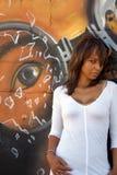 женщина красивейшей черной надписи на стенах 8 возмужалая Стоковая Фотография