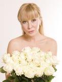 женщина красивейших цветков предпосылки белая Стоковая Фотография