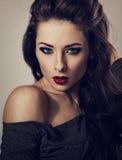 Женщина красивого состава сексуальная с красной губной помадой и длинные волосы смотрят стоковое фото rf