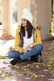 Женщина красивого счастья латинская при шляпа сидя на разрешении осени стоковое фото rf