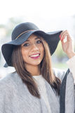 Женщина красивого счастья латинская с шляпой стоковое изображение