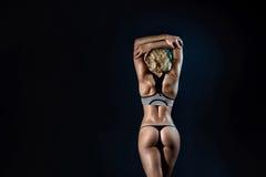 Женщина красивых детенышей подходящая с тонким мышечным телом стоковое изображение rf