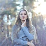 Женщина красивых длинных волос белокурая касаясь ее стороне Внешний fash Стоковое Изображение RF