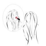 Женщина красит губы Стоковые Изображения RF