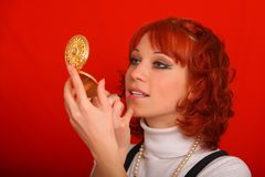 Женщина красит ее губы Стоковые Фото