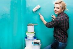 Женщина красит стену Стоковое фото RF