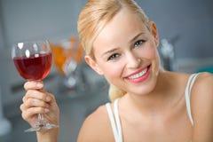 женщина красного вина стоковые фотографии rf