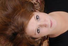 женщина красного цвета листьев осени красивейшая с волосами стоковая фотография rf