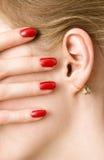 женщина красного цвета перстов уха Стоковое Фото