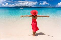 женщина красного цвета платья пляжа Стоковое Фото