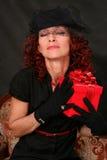 женщина красного цвета подарка Стоковые Фотографии RF