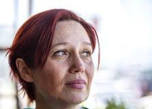 женщина красного цвета портрета волос Стоковые Фотографии RF