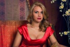 женщина красного цвета портрета платья Стоковые Изображения