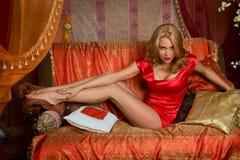 женщина красного цвета портрета платья Стоковое Фото
